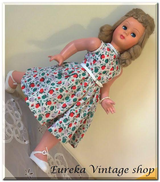 Από την δεκαετία 1960's μοντέρνα κούκλα καναπέ ολόκληρη από βακελίτη.  Όλα τα μέρη κινούνται, τα μάτια ανοιγοκλείνουν και πηγαίνουν δεξιά και αριστερά.  Και η κούκλα και το ρούχο της είναι σε άριστη κατάσταση. Φοράει εσώρουχο και φουρό.