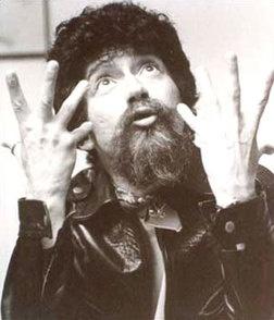 """Música: Raul Seixas. Cantor e compositor brasileiro, frequentemente considerado um dos pioneiros do rock brasileiro. No ano de 1973, Raul consegue um grande sucesso com a música """"Ouro de Tolo"""" no álbum Krig-ha, Bandolo!. A música possui uma letra quase autobiográfica, mas que também debocha da Ditadura e do """"Milagre Econômico""""."""