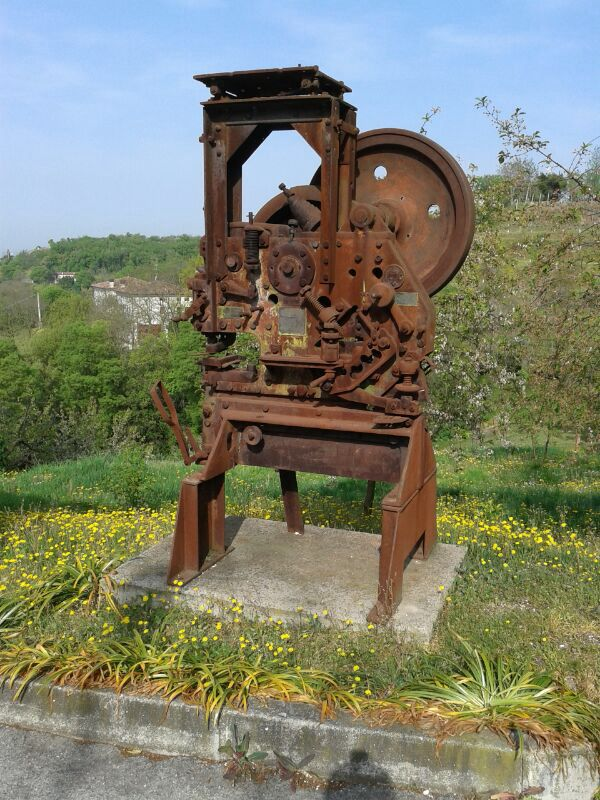 Vecchi macchinari da lavoro che finiscono per diventare come sculture da mostrare...