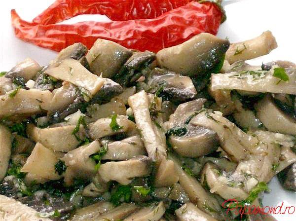 Salata de ciuperci fără maioneză, stropită din abundenţă cu ulei de măsline, cu usturoi, verdeaţă şi zeamă de lămâie. Salata de ciuperci