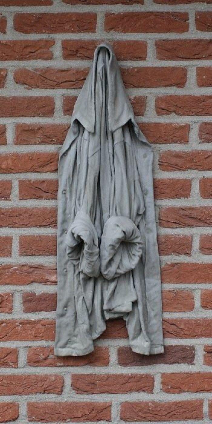 Gaaf voor aan de muur en makkelijk zelf te maken... jas in cement dopen en uit laten lekken/drogen...