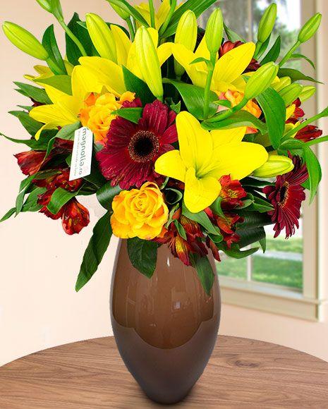 Buchet de vară cu flori galbene și roșii.  Summer bouquet with yellow and red flowers.