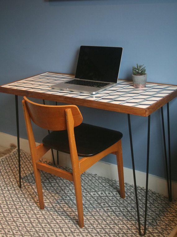 Mitte des Jahrhunderts inspiriert gefliesten Tisch für Systemkonsole…
