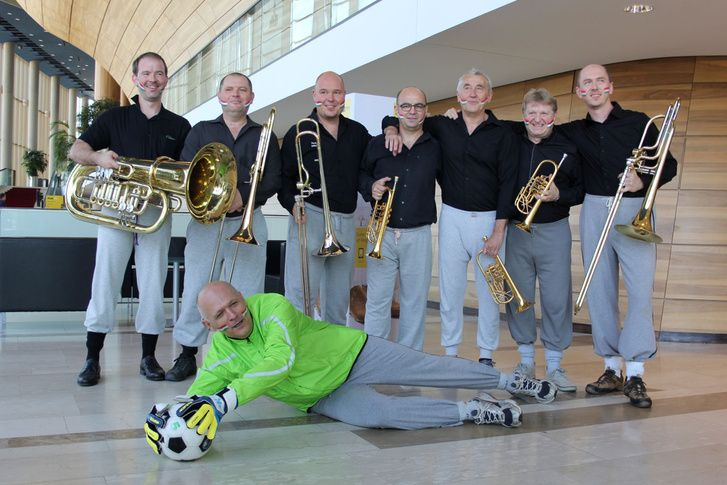Hungarian Symphony Orchestra pays respect and shows unique way of supporting to the Hungarian Team :) wearing legendary grey sweats like our goalkeeper, Király <3