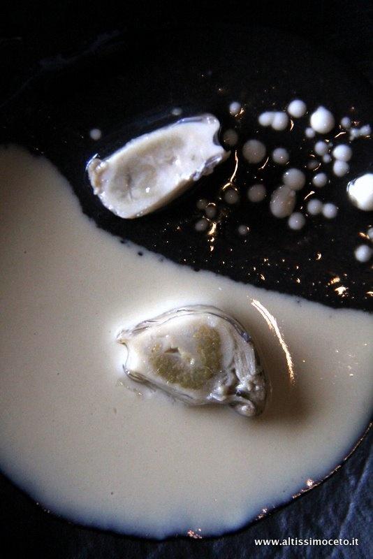 Ostriche al Palo Cortado con salsa concentrata di distillato di ostrica e con salsa di aglio nero e goccie di aglio bianco comune