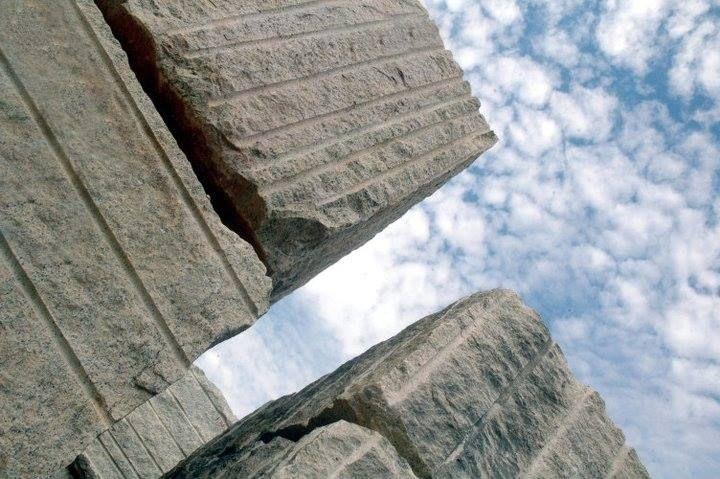 granito é uma rocha que varia em tipos e cores