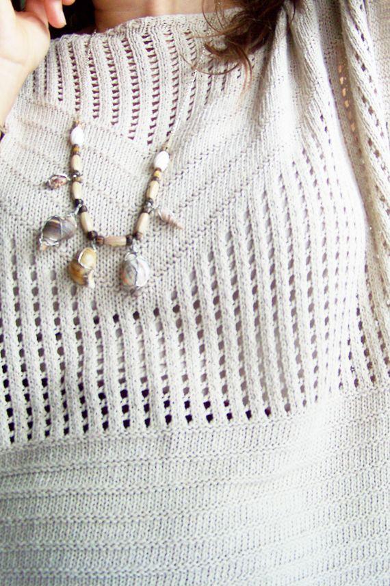 COLLAR CONCHAS Conchas marinas envueltas en alambre de cobre plateado y ensartadas en cuerda de cañamo crudo con cuentas de madera, cristal de Bohemia y hueso. Cadena de latón plateado. 80€