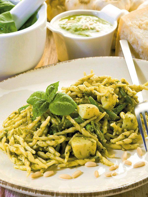 Trofie with pesto, potatoes and green beans - Che ne dite di preparare un must della tradizione culinaria del Belpaese? Provate le Trofie al pesto con patate e fagiolini: sono infallibili! #trofiealpesto
