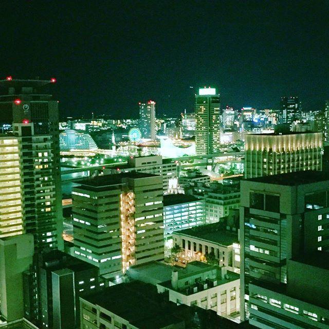 Instagram【fit3hybrid】さんの写真をピンしています。 《わざわざ地元のビル街のイルミネーションに黄昏れて疲れを取るアラフォーの俺。  特に三ノ宮から元町・神戸方面が好き☝️😉 あぁ〜キレイっす✨🙌😭 涼しいし、エアコンついてるし、無料Free Wi-Fiあるし有難や〜✨ #神戸 #神戸市役所 #神戸市役所展望ロビー #夜景 #夜撮 #イルミネーション #元町 #ハーバーランド #夜空 #nightsky #イマソラ #いまそら #写真 #picture #pic #カメラ #camera #📸 #📷 #自己満足》