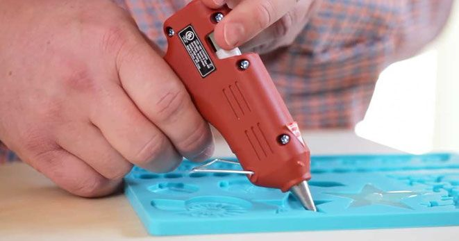 He Steadily Fills Molds With A Special Goo. The Result? I Am So Doing This. - Site de tricksathome !
