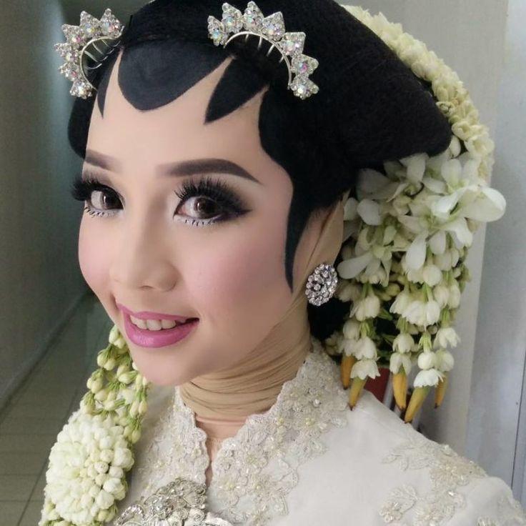 8 Inspirasi Makeup Paes Untukmu yang Berhijab! Walau Tertutup, Masih Bisa Mengusung Pernikahan Adat Daerahmu Lho