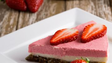 A super delicious vegan raw cheesecake made with a super tasty macadamia and medjool dates crust with a strawberry, lemon and macadamia filling. It's easy, healthy and super delicious! #vegan #veganrecipes #cakes #sweet #strawberry #lemon #macadamia