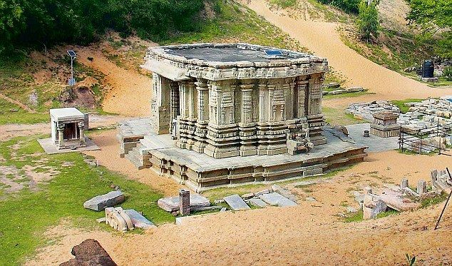 The historical town of Talakadu is a treat for those with a historical bend of mind. Located on the left bank of the majestic River Cauvery, the town has several claims to fame. Perhaps the most important claim to fame is the curse that turned the thriving town into a sandy shore with sand