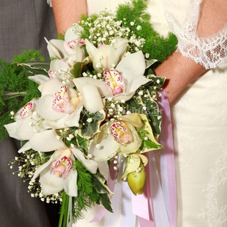 Νυφική Ανθοδέσμη Γάμου ,Νυφικό μπουκέτο με ολόφρεσκα λουλούδια ιδανικό για να συμπληρώσει μια ξεχωριστή νύφη. Το πιο σημαντικό μπουκέτο της ζωής σας επιλεγμένο να συμπληρώσει ιδανικά το στυλ του γάμου που έχετε επιλέξει,από μοντέρνο σε κλασσικό ή ρομαντικό. Το πιο όμορφο στολίδι στα χέρια σας. Πανέμορφο πλούσιο μπουκέτο με ορχιδέες - συμπίτιουμ και φυλλώματα εισαγωγής.