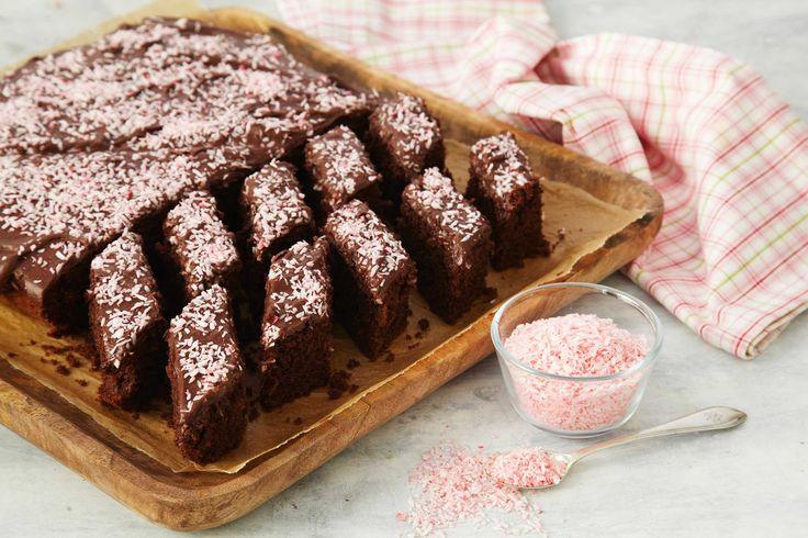 Her har du oppskriften på en klassisk favorittkake som passer perfekt når du skal servere kake til mange. Den er like populær hos liten som stor. Husk at kaken må være helt avkjølt før du smører et tykt lag med deilig glasur over den.