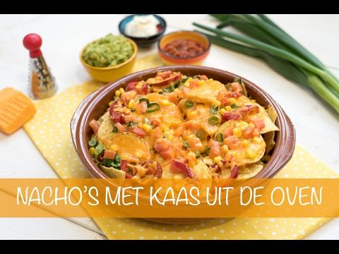 Dit is mijn ultieme luie-zaterdagavond-met-je-bord-op-schoot-voor-de-tv-snack: nacho's met kaas uit de oven! Ik serveer de nacho's met drie snelle dips. Iede...