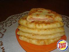 Сырные лепешки за 15 минут! Ингредиенты: Кефир — 1 стак. Соль — 0,5 ч. л. Сахар — 0,5 ч. л. Сода — 0,5 ч. л. Сыр твердый (тертый) — 1 стак. Ветчина (или колбаска, или сосиски, тертые на терке) — 1 стак. Мука — 2 стак.