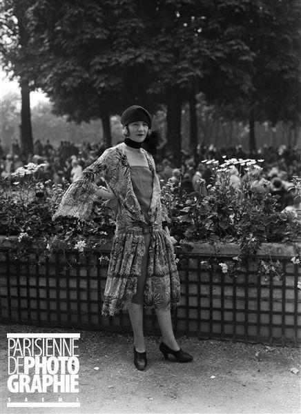 Mode aux courses. Robe imprimée ouverte sur fond uni et béret. Paris (16e) hippodrome d'Auteuil - 1926 - Photo de Maurice-Louis Branger