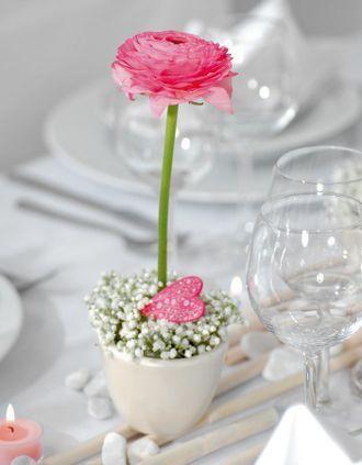http://www.weddingstyle.de/de/inspirationen/fuer-die-feier/tischdekorationen/ranunkeln-und-nelken/?slide=14