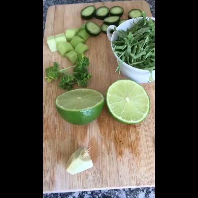 Receita de um suco bem detox para começar a segundona !!!!! 👉🏼 gengibre , 1 limão espremido , salsa , salsão , pepino e couve . Bata tudo e tome em jejum ! #sucovivo #greenjuice #healthychoices 🌿🌿🌿🌾🌾🍃🍃🌳🌱🌱🌱🌱🍃🍃🌿🌾🌿🌾🍃🍃🍃Tem mais no meu Snap 👻 cmoficial