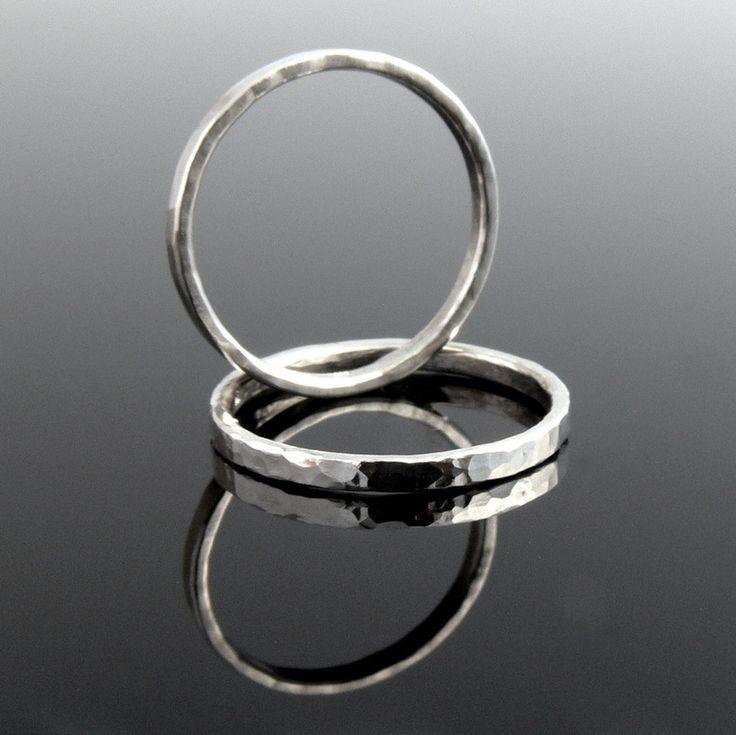 ESSENTIAL - sada dvou prstenů Ag 925/1000 ESSENTIAL (překl. nezbytný, esenciální, základní, nutný :)) Minimalistické, ručně vyrobené prsteny pro každodenní nošení. Díky jejich klasické jednoduchosti je můžete nosit jednotlivě či kombinovat a vrstvit s dalšími prsteny podle nálady a šatníku :-). Na rozdíl od sad prstenů SIMPLICITY No.5 a No.9 jsou širší a ...
