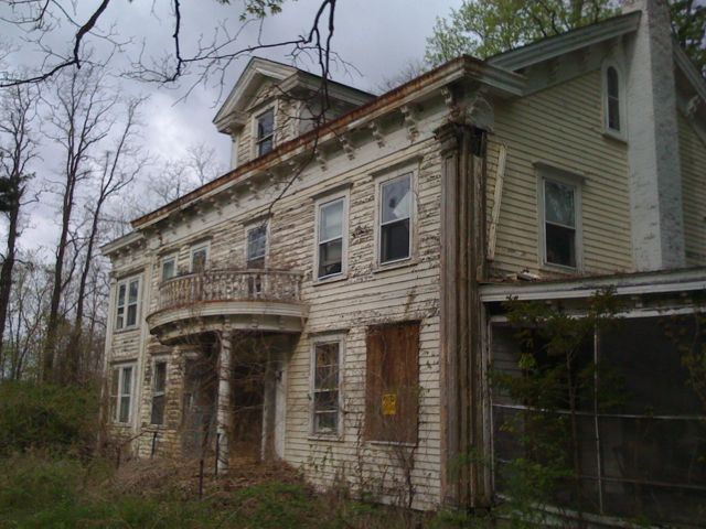 Abandoned house in wingdale ny once part of the harlem for Modern house upstate ny