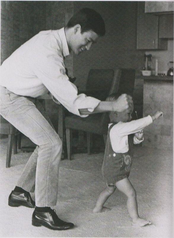 Брюс Ли тренирует сына Брэндона.1968г.