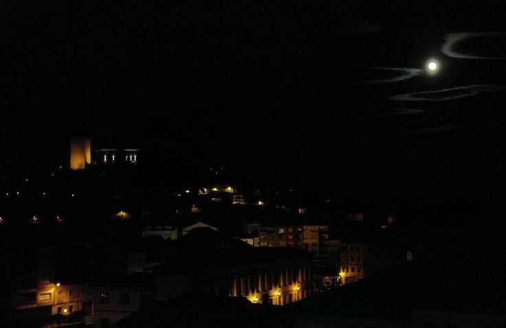 La luna llena ilumina el Castillo de San Vicente en Monforte-Galicia.