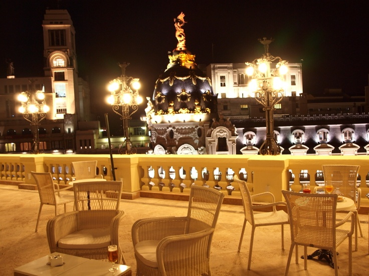 The outdoor terrace at Hotel Ada Palace overlooks Gran Vía avenue and the dome of the emblematic Metrópolis building. It is part of the hotel's bar/restaurant but it is open to the general public.