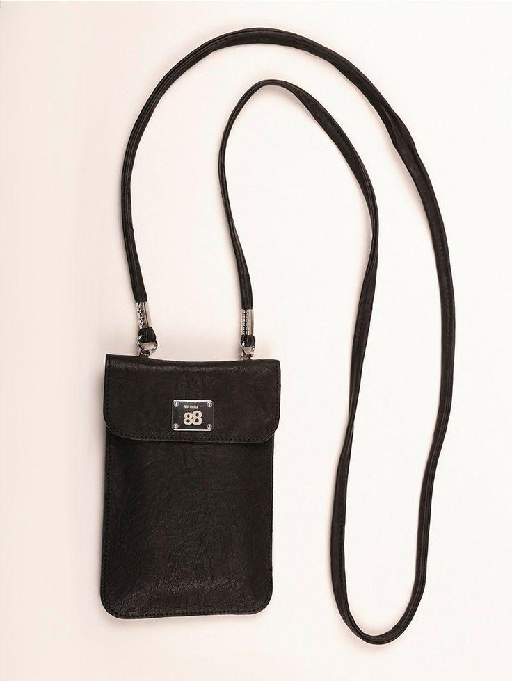 BLACKY | Knitter-Look  Handy- und Smartphonetasche mit abnehmbarem Trageriemen in klassisch schwarz und doch aufregend durch die Crash Optik im feinen Lamm-Nappa. Zeitlos, unkompliziert und sportlich.