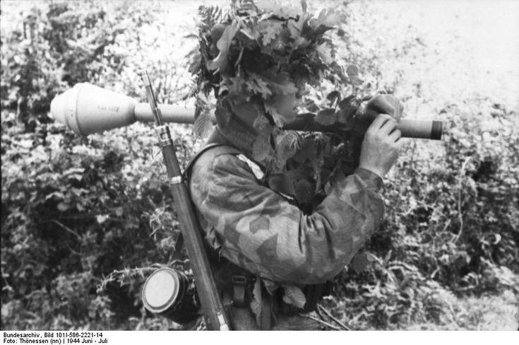 Deutsches Bundesarchiv Bild 101I-586-2221-14   Frankreich, Normandie.- Fallschirmjäger in Tarnkleidung, mit Panzerfaust; Fs AOK