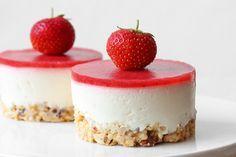 Kage med hyldeblomstmousse og jordbær   madsymfonien / opskrift