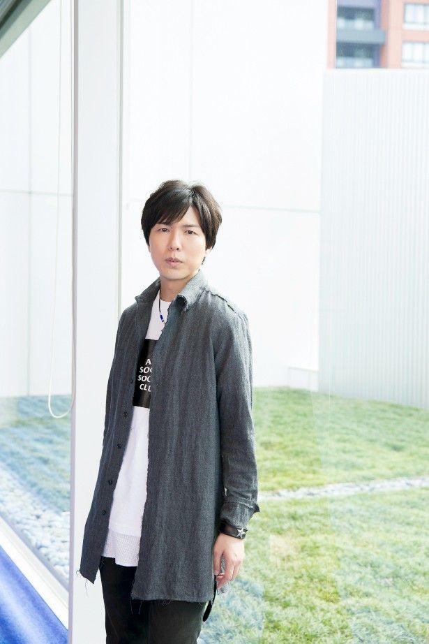 【写真を見る】美しくも儚い表情でファンを魅了する、声優・神谷浩史の紙面未公開フォトショット
