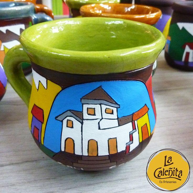 Cerámicas talladas y pintadas a mano de nuestro mug de lugares típicos, precioso. Una pieza que te queda genial como portalápiz en tu escritorio. 😍💖 #ArtesaniasDeColombia #ArtesaniasColombianas #ArtesaniasLaCaleñita