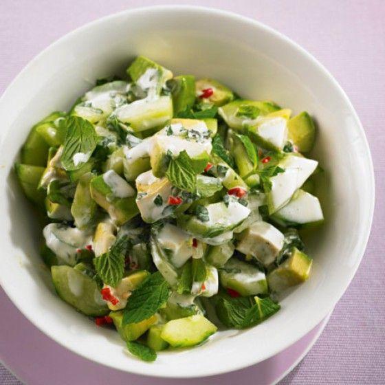 Avocado-Gurken-Salat. Frisch, leicht und lecker. Statt Avocado passt auch Birne sehr gut dazu.