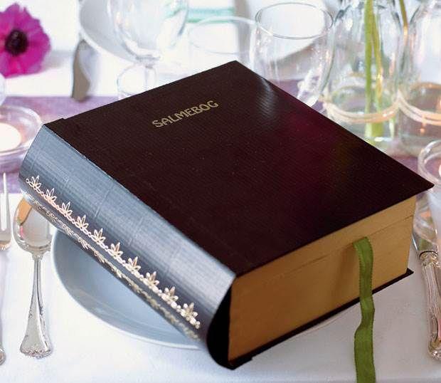 Hvem skulle tro, at den stilfulde sorte salmebog i virkeligheden er fyldt med sange.