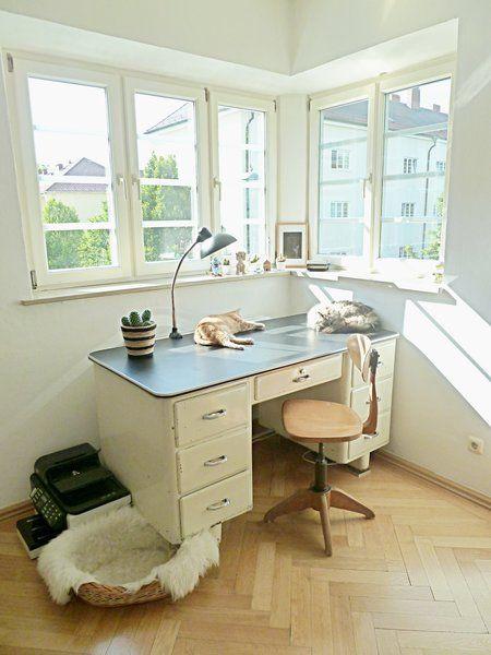 hübscher alter Schreibtisch in der Fensterecke