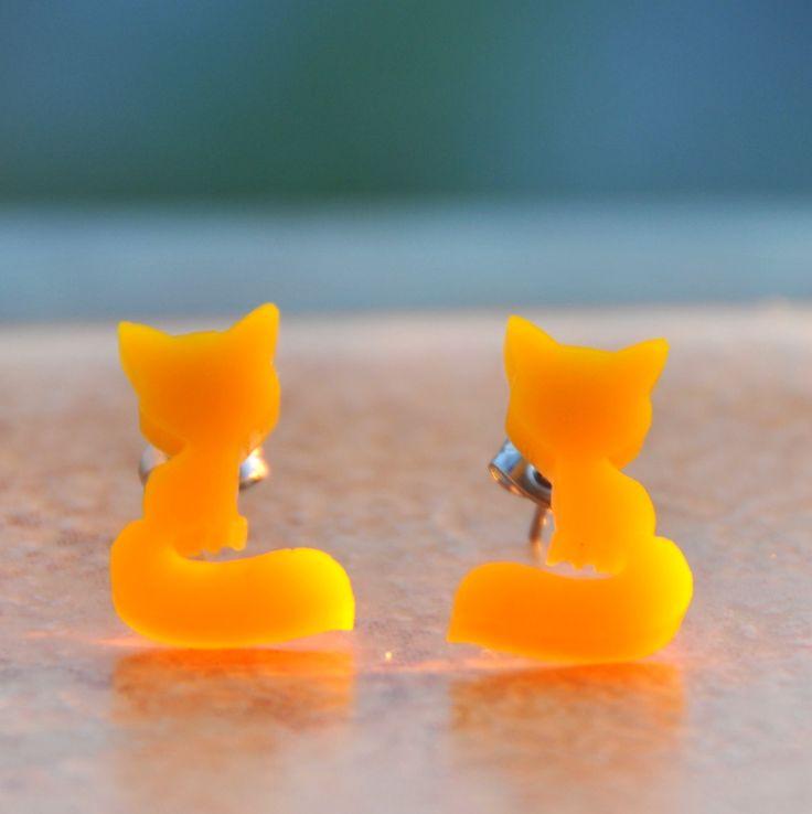 """Žloutkové+lišky+do+uší+aneb+""""Taky+spíme+v+krabici""""+Originální+a+autorská+liškana+těchto+náušnicích+je+vyrobenavyřezáním+z+krásně+teple+žlutého+(žloutkového+:o))+plexiskla.+Lišky+jsou+pevně+přilepeny+k+puzetě+z+chirurgické+oceli.+Puzety+jsou+pak+doplněny+o+kovové+zakončení+(zarážky/+motýlky)+vyrobené+taktéž+z+chirurgické+oceli.+Náušnicejsou+tím+pádem..."""