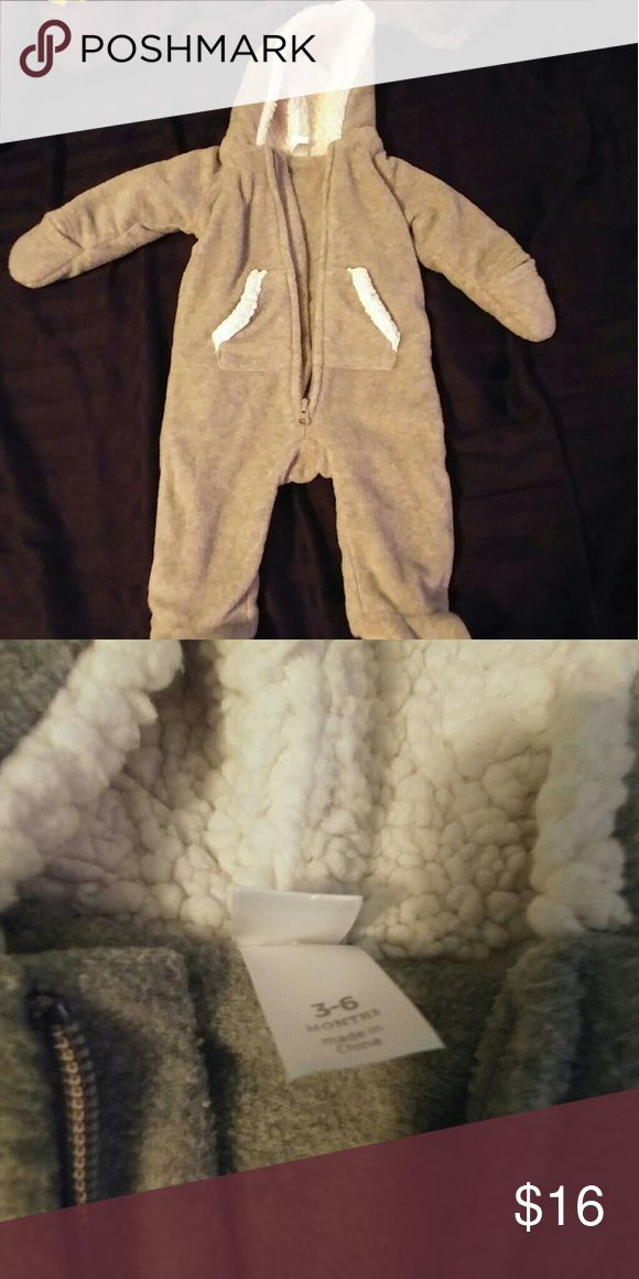 Gray and white unisex baby snow suit Unisex baby snow suit Thick, heavy fleece material 3-6 mo Nwot Your little one is sure to stay warm when bundled up in this snow suit Old Navy Other