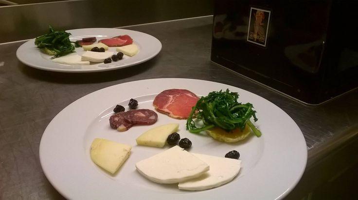 Antipasto del podere: formaggio di pecora fresco e semi-stagionato; lonza di maiale; salame... tutto di nostra produzione