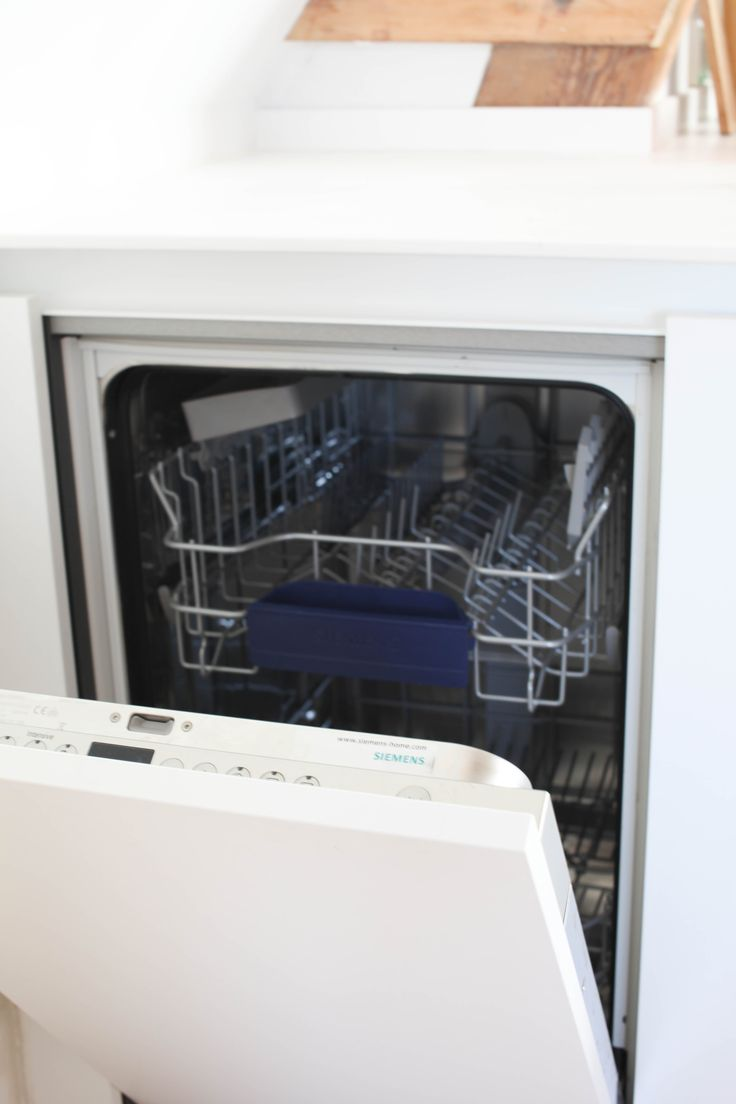 A small Siemens dishwasher hidden in the corner.
