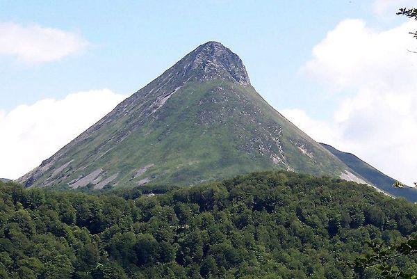 PuyGriou---B.Navez.JPG - Massif Central, France. Le Puy Griou est quant à lui une protrusion pâteuse de phonolite à haüyne et analcime. Il se serait mis en place, il y a 6 Ma, après les phases paroxystiques qui ont eu lieu entre 8,5 Ma et 6,5 Ma. Au Quatrenaire, marqué par des périodes froides, l'action répétée du gel et du dégel a débité la roche en lauzes et formé un manchon d'éboulis.