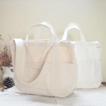 シンプルで潔い美しさのYAECAのショルダーバッグ。ツールバッグという名のこちらのバッグは、しっかりとした厚地のキャンバス地を使っていてとても丈夫。斜めがけもできる長さのショルダーストラップです。