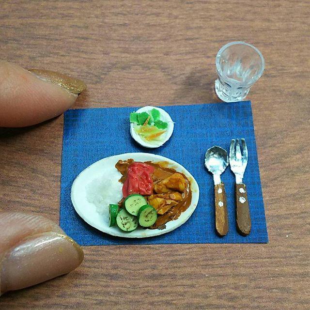 『よそんちのおうちごはん』  今日は@jiwaki さんちのカレーです  ズッキーニとトマトをグリルして 鶏の手羽元を煮込んだカレー (手羽元かは未確認)  カトラリーは手作り感満載 うまく出来ないものですねー かおりさんありがとうございました🙇  #ミニチュア#ミニチュアフード#よそんちのおうちごはん#おうちごはん#クッキンググラム#食品サンプル#晩ごはん#カレー#ズッキーニ#トマト#チキン#サラダ#カトラリー#miniature#sample#clay#japanese#dollhouse#zucchini#tomato#pomodoro#chicken#rice#kawaii#spoon#fork