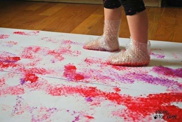 Utilisez les chutes de papier bulle pour réaliser des Peintures « Piétinées ».