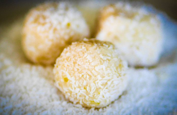 Thermomix Lemon and Coconut Balls zest of one lemon juice of two lemons 3 tbs maple syrup 75g (1 cup) almond meal 75g cocount oil, melted 100g (1 cup) desiccated coconut 5 medjool dates, pitted extra coconut for rolling ball sin Blitz on thermo