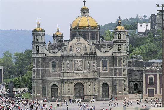 """BASÍLICA DE SANTA MARÍA DE GUADALUPE - MÉXICO D.F """"Este edificio, el cuarto levantado en honor a Santa María de Guadalupe, fue consagrado el 1 de mayo de 1709. El arquitecto Pedro de Arrieta colocó en cada una de las puertas un relieve con una de las apariciones a Juan Diego y las imágenes de apóstoles y profetas. Las cuatro torres, la cúpula y el arco poligonal sobre la puerta principal"""""""
