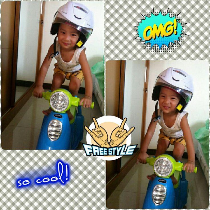 my little rider in action..lagi suka standing di atas motor kaya om rossi katanya..bener2 anaknya papi Frenk...