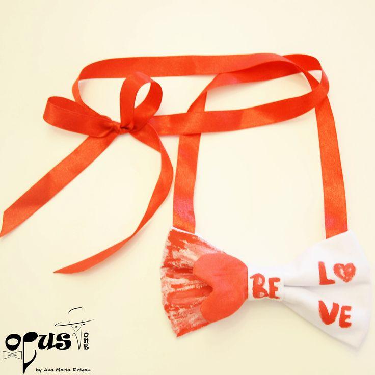 """Papion Free-tied rosu """"be love"""" realizat din bumbac si banda din saten pentru legare. Papion handmade creat special si pictat cu culori de textile (rezista la spalare pana la 40 de grade). Dimensiunea fundei: 11,5 cm X 7,5 cm. Acest Papion este un cadou perfect pentru Valentine's Day."""