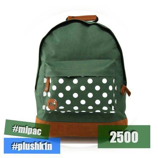 Зеленый в горошек рюкзак Mi Pac Polka Dot Green. Ставшая классикой модель сумок Мипак с замшевым дном и горошком на кармане. Прочная ткань, надежные лямки и уникальный дизайн - все это рюкзак MiPac Polka Green